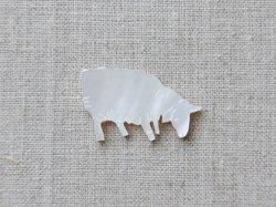 画像1: シェルパーツ 食事中の羊 ブローチ用